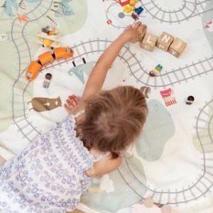 PlayandGo_train-kids-playing-blocks1_a7a6b8b2-8ca2-4eac-bafa-e4f568f84a45_large
