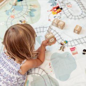 PlayandGo_train-kids-playing-blocks_66fed6b9-fa04-4b64-b4a4-320b9690ecf9_large